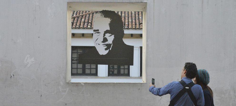 Foto: Una pareja toma una foto de un retrato de Gabo, en Bogotá. (AP)