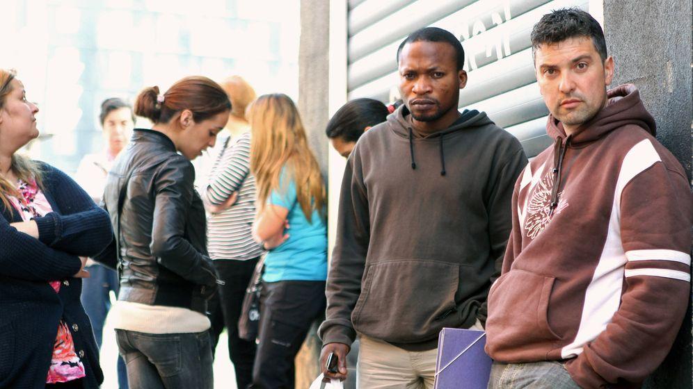 Foto: Varias personas hacen cola en el INEM. (EFE)