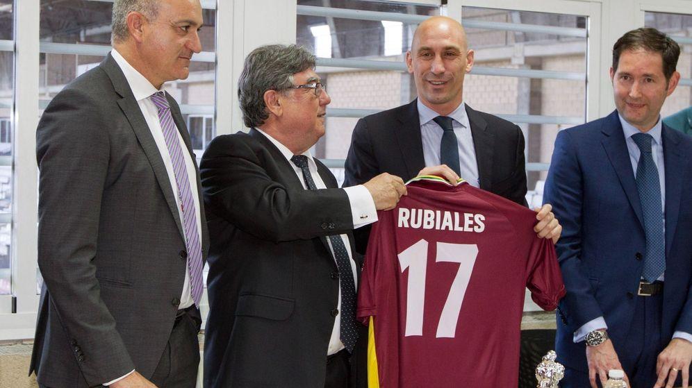 Foto: Luis Rubiales, con Andreu Subies (i), en su visita a la Federación Riojana de Fútbol. (EFE)