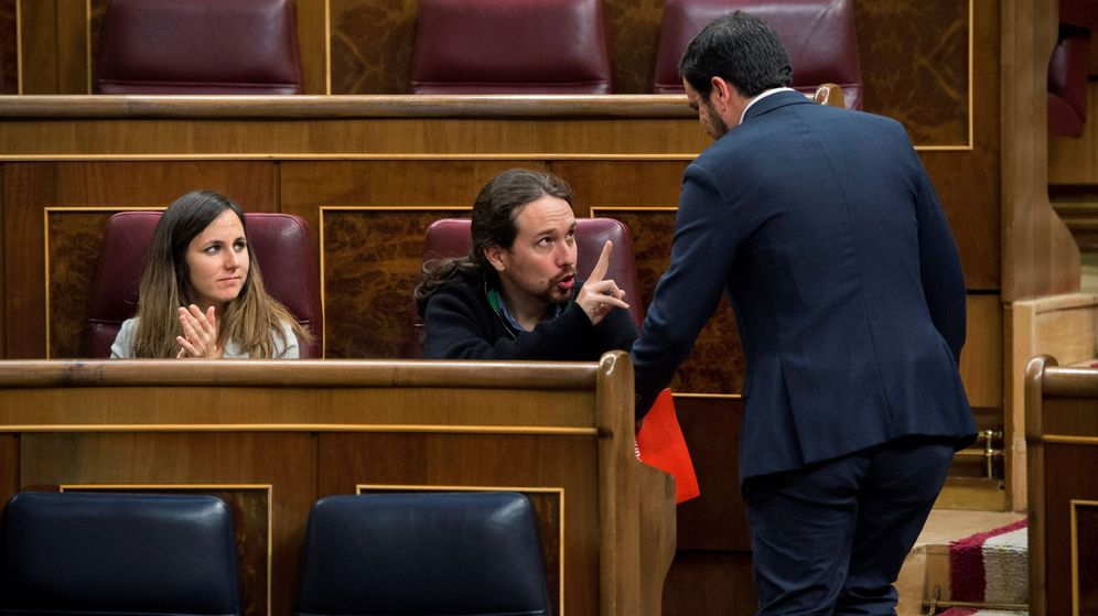 Foto: El líder de Podemos, Pablo Iglesias (c), conversa con el coordinador general de IU, Alberto Garzón (d), ante la diputada Ione Belarra durante el pleno. (EFE)
