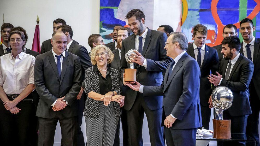Foto: La sección de baloncesto del Madrid con Carmena (EFE)