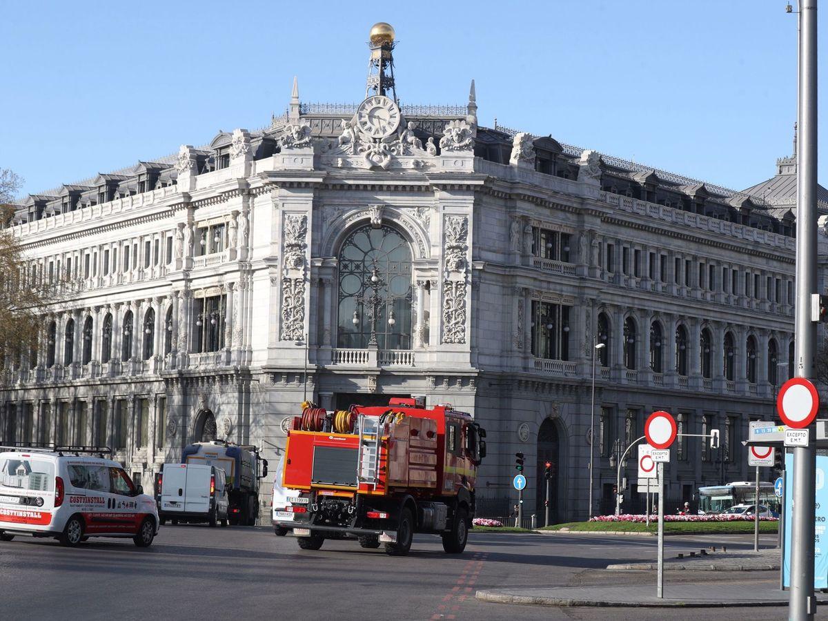 Foto: La sede del Banco de España sin peatones por las medidas del estado de alarma. (Efe)