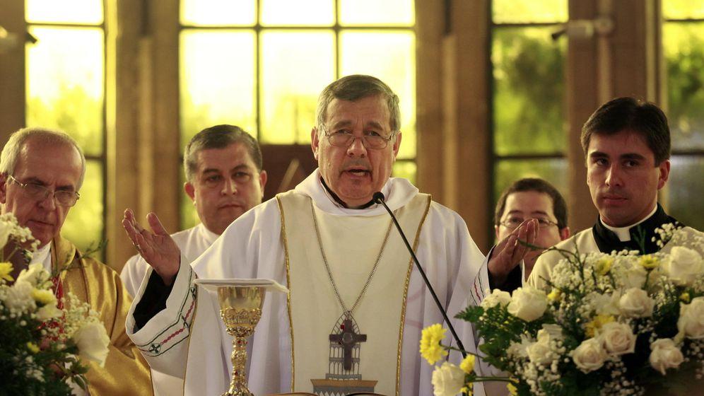 Foto: Monseñor Juan Barros Madrid se dirige escoltado al púlpito tras ser increpado y zarandeado por manifestantes durante su nombramiento como obispo, en Osorno. (EFE)