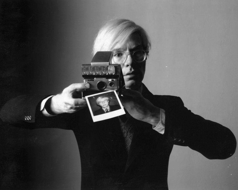 Foto: Si ya era forofo de los 'selfies' con la Polaroid, la que habría liado con un 'smartphone'...