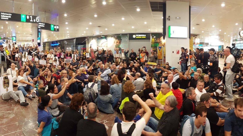 Alrededor de 80 personas han organizado una sentada en la estación de Sants.