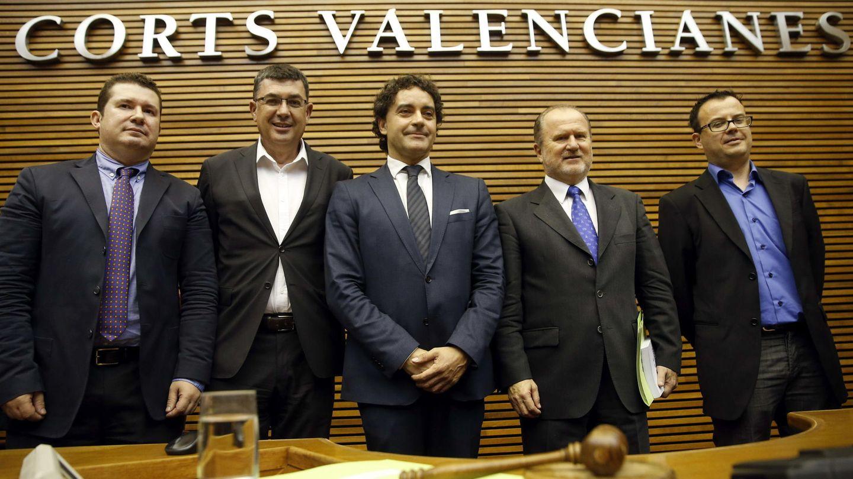 Emilio Argüeso, con los miembros de la Mesa de las Cortes Valencianas de la que es secretario primero. (EFE)
