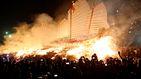 La espectacular quema de un barco en Taiwán para prevenir la mala suerte