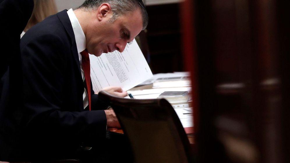 Foto: El diputado de Vox Javier Ortega Smith, al recoger su acta en el Congreso. (EFE)