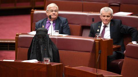 Australia: protesta antimusulmana de una líder 'ultra' oculta bajo un burka