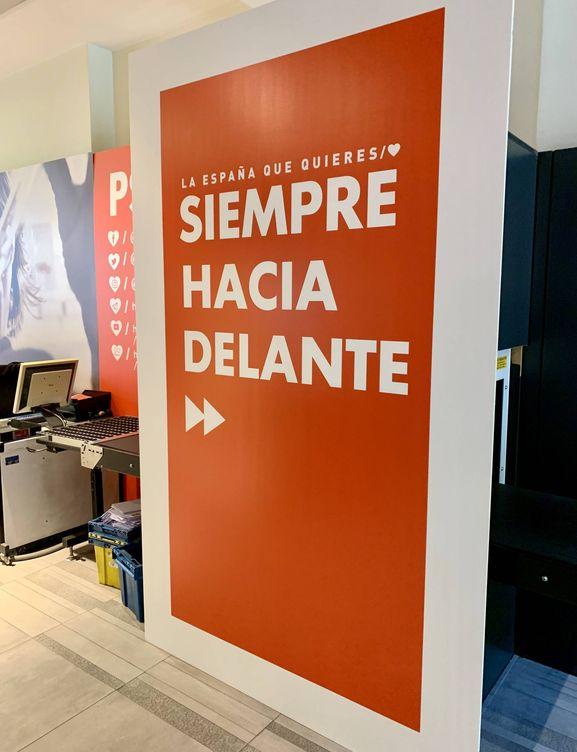 El eslogan del PSOE para las municipales del 26-M: 'Siempre hacia delante', ya colocado en la sede de Ferraz. (J. R.   EC)