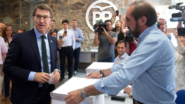 El presidente de la Xunta, Alberto Núñez Feijoo, antes de depositar su voto para la elección del candidato para liderar el PP. (EFE)