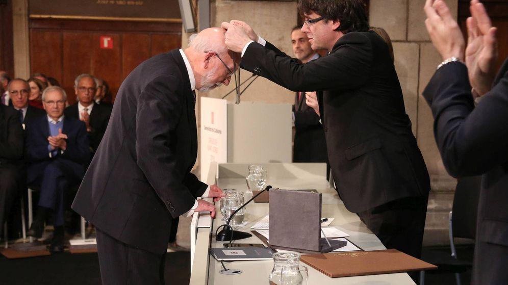 Foto: El presidente de la Generalitat, Carles Puigdemont, entrega la Creu de Sant Jordi al filólogo Artur Quintana. (gencat.cat)