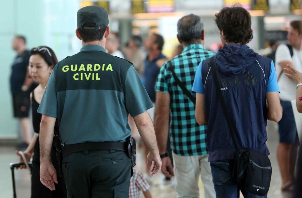 Foto: Un agente de la Guardia Civil realiza labores en un aeropuerto. (EFE)