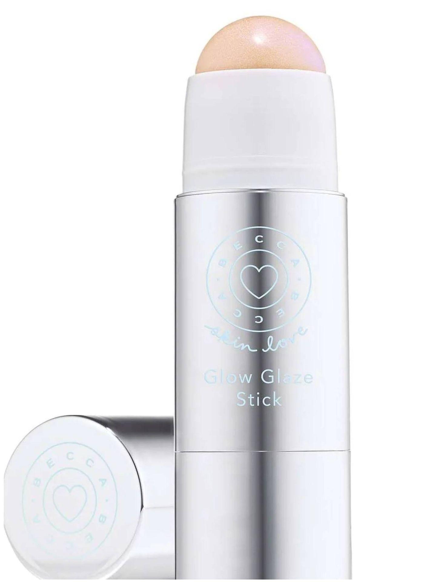 Iluminador de maquillaje en stick para un rostro estilo JLo. (Cortesía)