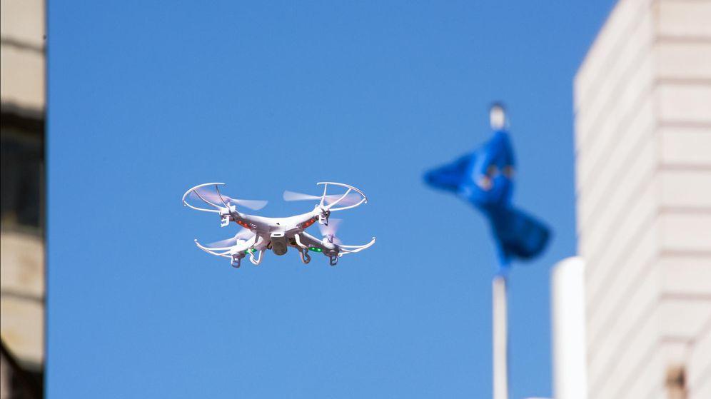 Foto: Un dron vuela en el Parlamento Europeo.