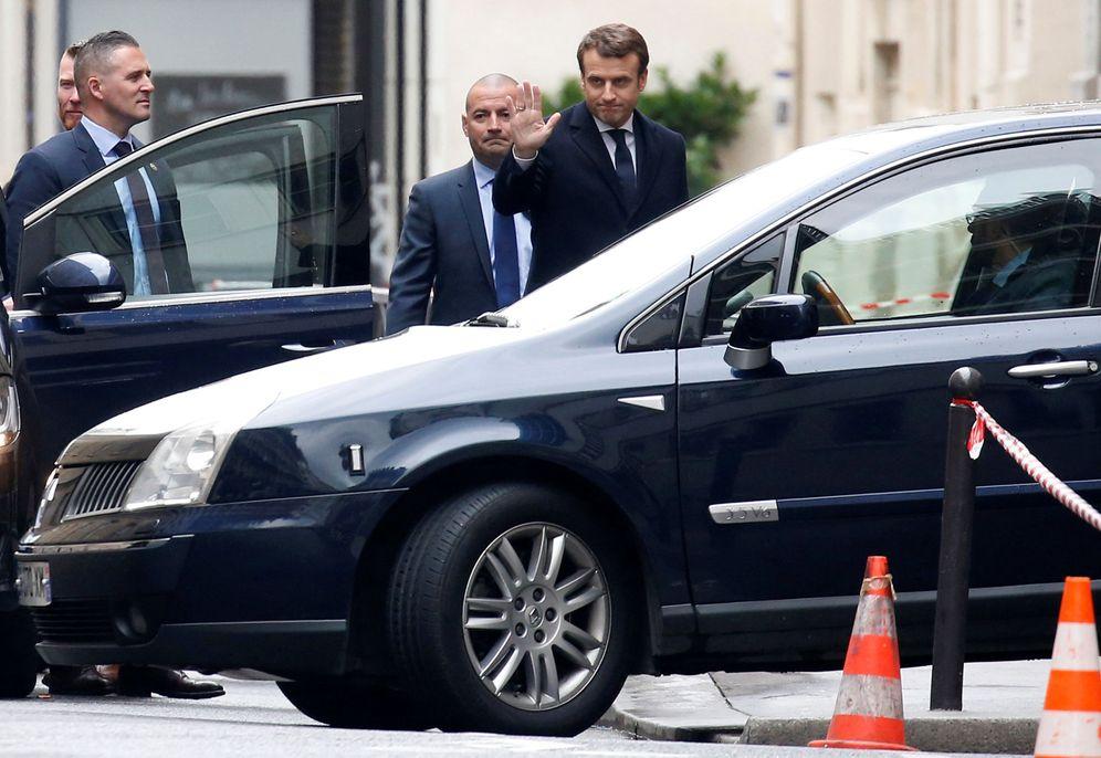 Foto: Emmanuel Macron sale de casa para asistir a una ceremonia en la tumba del Soldado Desconocido en París, el 8 de mayo de 2017. (Reuters)