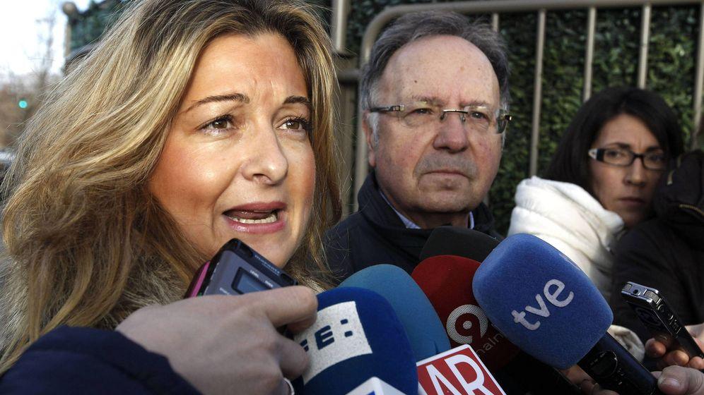 Foto: Virginia López Negrete, letrada de Manos Limpias, junto a Miguel Bernad.(EFE)