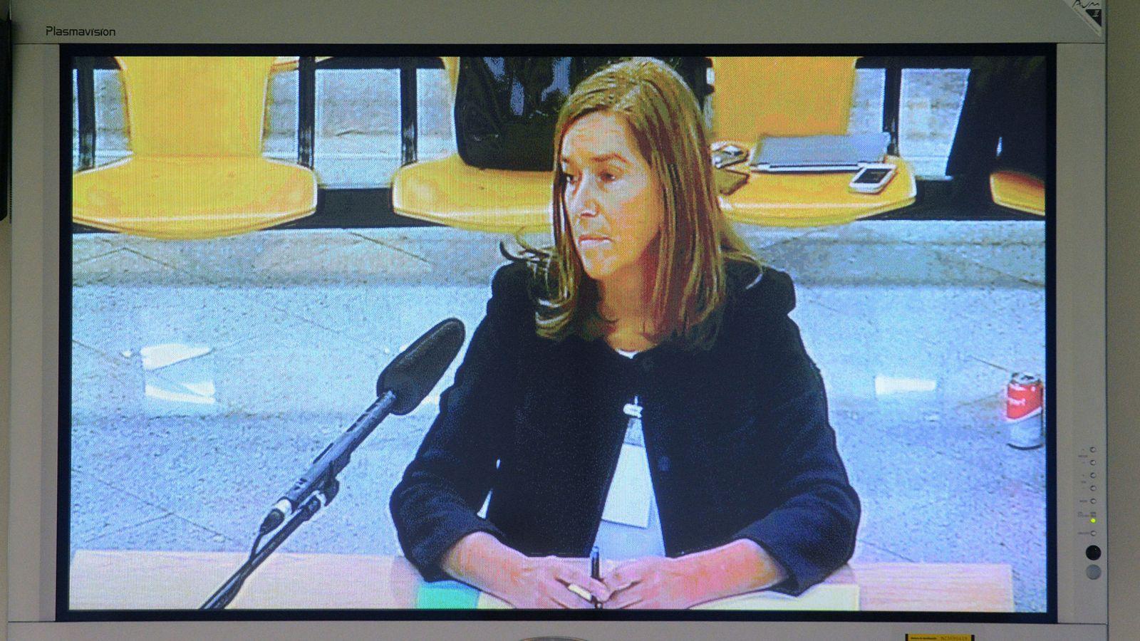Foto: Vista de la declaración de la exministra de Sanidad Ana Mato a través de un monitor de la sala de prensa de la Audiencia Nacional. (EFE)