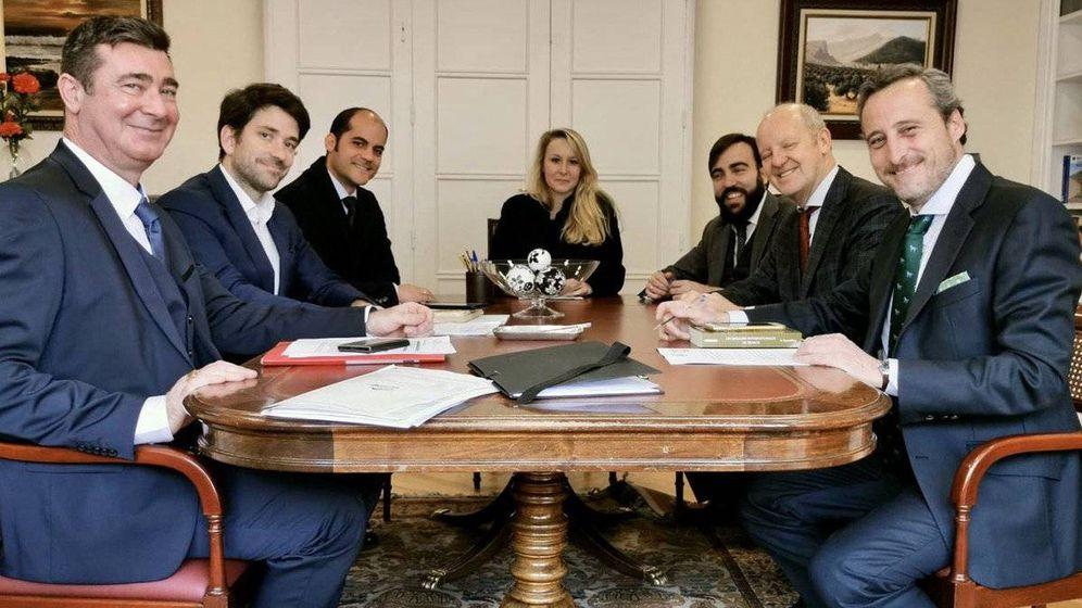 Foto: Gabriel Ariza (segundo por la izquierda), Javier Tebas Llanas (quinto) y Kiko Méndez-Monasterio (primero por la derecha), en la reunión de constitución de la delegación del Issep en Madrid, el 29 de enero. (EC)