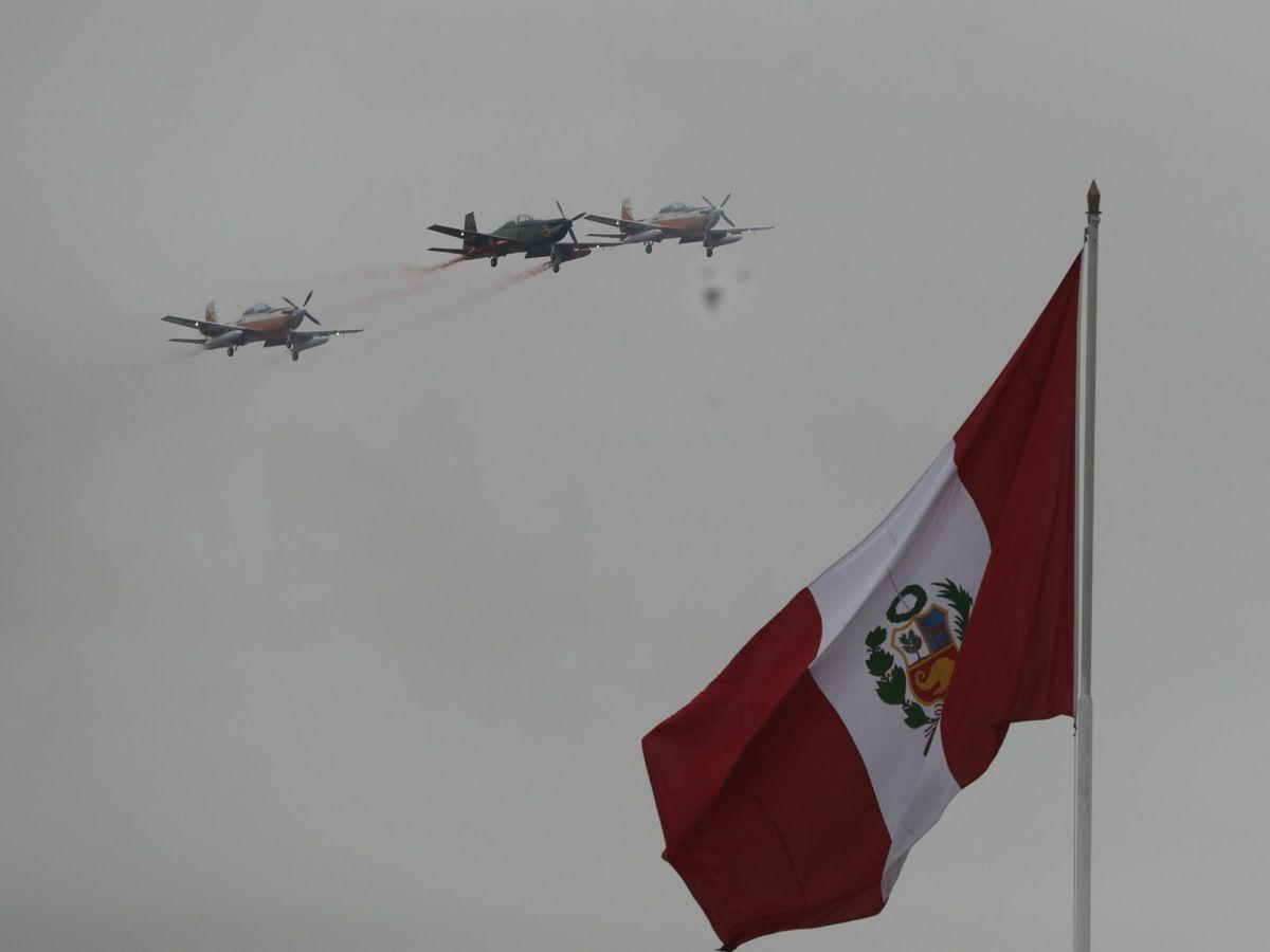Foto: Aviones sobrevolando la bandera de Perú. (EFE)