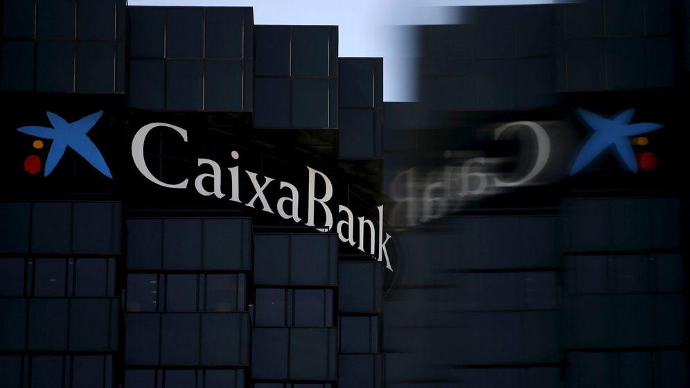 Foto: Logo de Caixabank en su sede principal en Barcelona. (Reuters)
