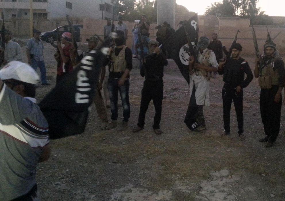 Foto: Milicianos del ISIS celebran sus victorias en una calle de Mosul, la segunda ciudad de Irak, que cayó en su poder a principios de junio (Reuters).