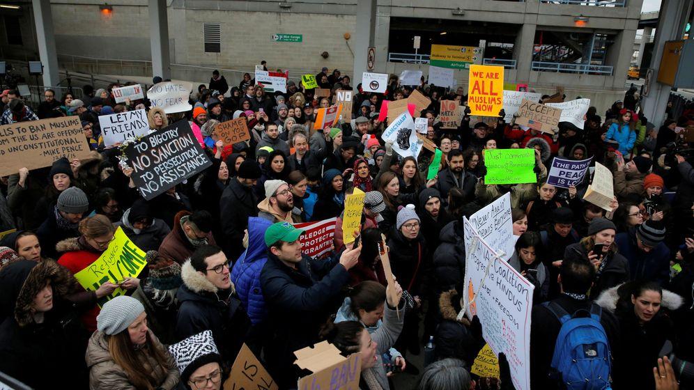 Foto: Varias protestan en la terminal 4 del aeropuerto John F. Kennedy contra el veto de Trump. (Reuters)