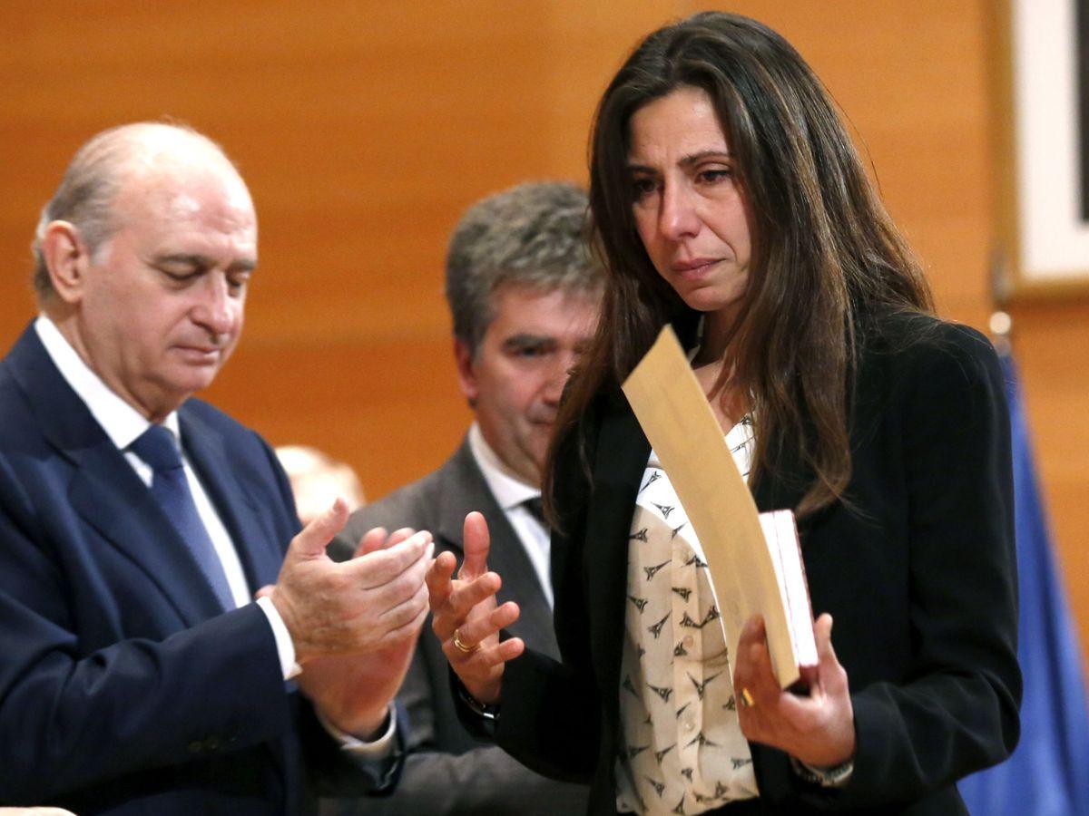 Foto: Gema de los Ríos, recibiendo el homenaje de la Policía a su marido.