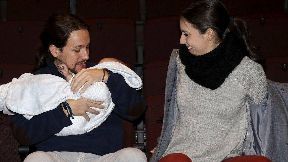 Foto: Pablo Iglesias e Irene Montero con el bebé de Carolina Bescansa. (Gtres)