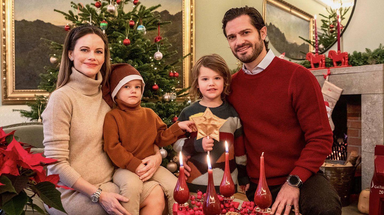Carlos Felipe y Sofía y sus hijos, encendiendo la tercera vela de Adviento. (Casa Real de Suecia)