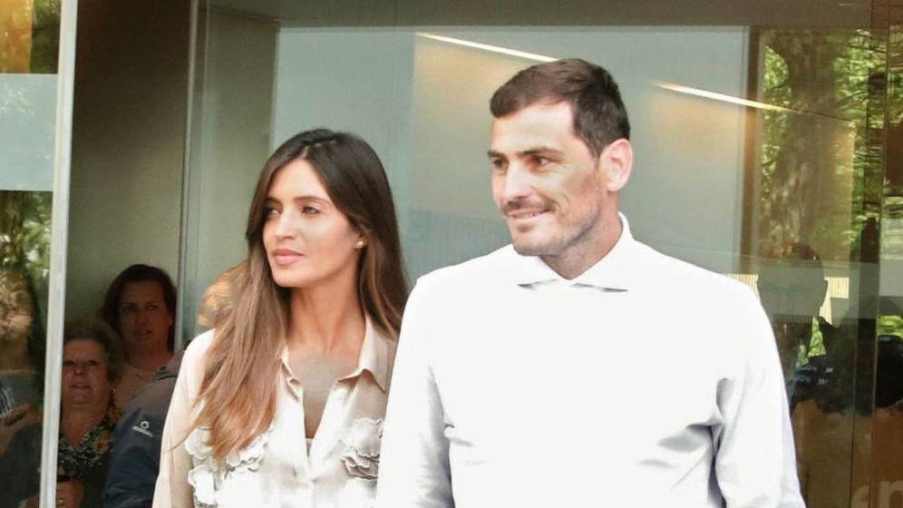 Foto: Sara e Iker abandonando el hospital en Oporto. (EFE)