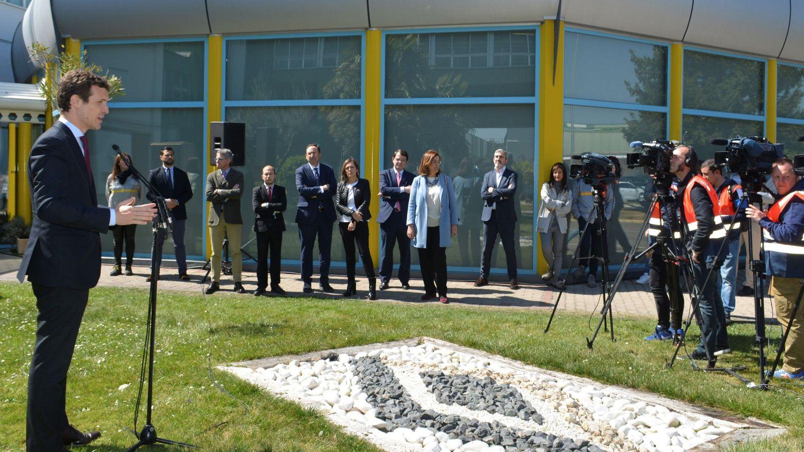 Foto: El presidente del PP y candidato a la presidencia del Gobierno, Pablo Casado, visita la fábrica de Renault en Palencia. (EFE)