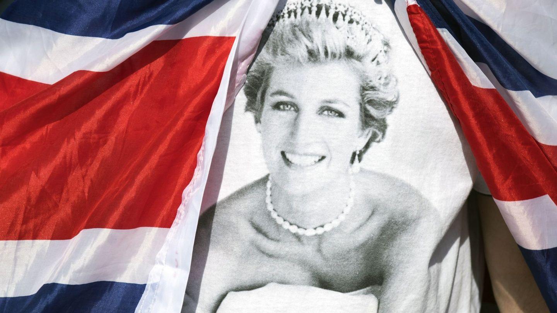 Tributos en memoria de la princesa a las puertas del palacio de Kensington. (EFE)