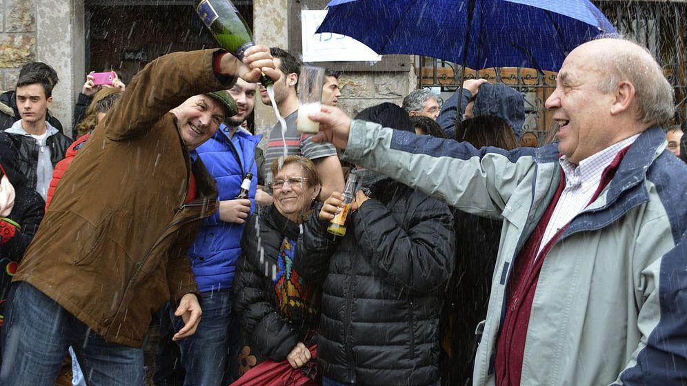 Foto: Fotografía de archivo de una familia de Palencia celebrando el tercer premio del sorteo de El Niño en 2016. (Efe)