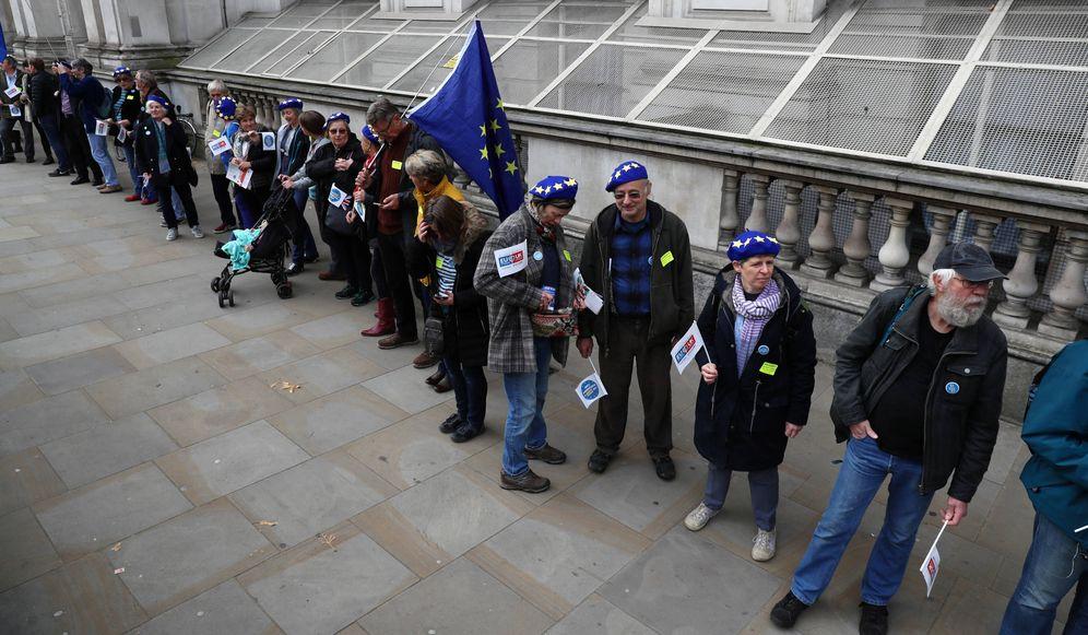 Foto: Manifestantes de grupos que representan a comunitarios residentes en UK ante el Parlamento británico, en Londres. (Reuters)