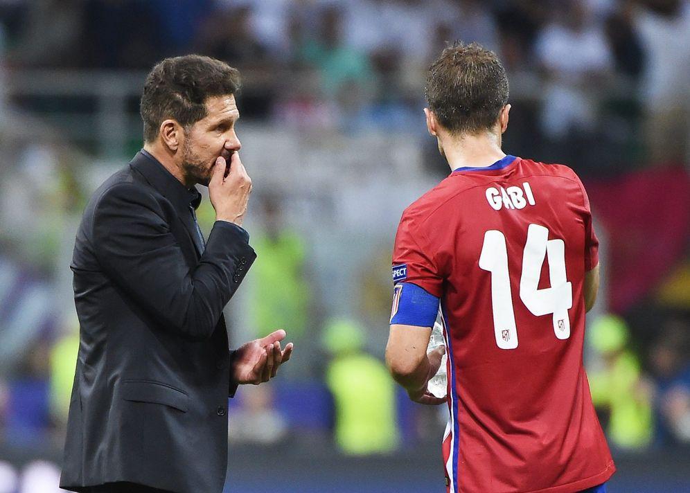 Foto: Simeone da instrucciones a Gabi durante la final de la Champions disputada en Milán en 2016. (EFE)