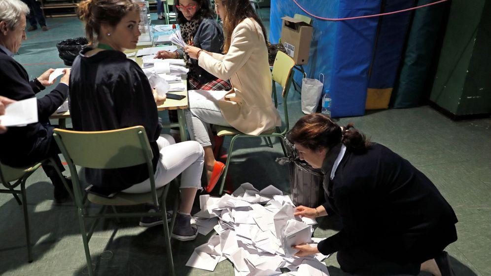 Foto: Recuento de votos en las elecciones generales. (Reuters)