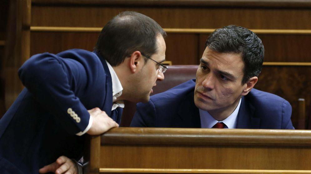 Foto: César Luena conversa con Pedro Sánchez durante el último debate del estado de la nación, el pasado 24 de febrero en el Congreso. (EFE)