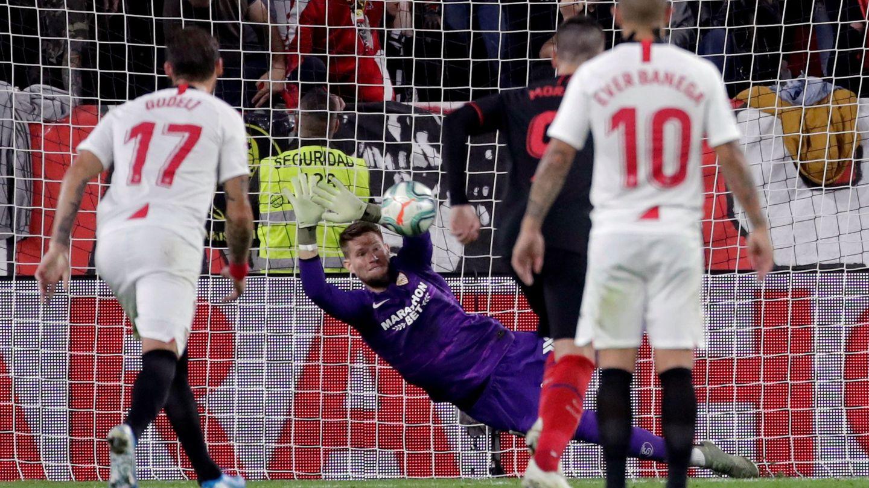 Vaclik atajando el balón a Diego Costa. (EFE)