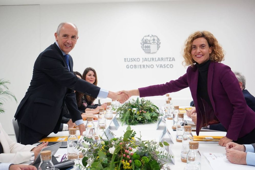 Foto: Erkoreka y Batet se dan la mano durante la reunión de la Comisión Mixta de Transferencias en Bilbao. (E.C.)