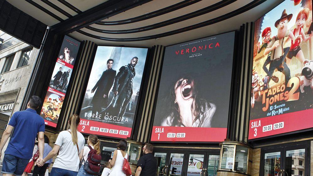 Foto: Cartelera de los cines Capitol en Madrid. (EFE)