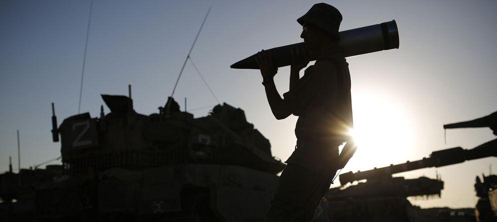 Foto: Un soldado israelí carga con un proyectil cerca de la frontera con la Franja de Gaza durante la ofensiva. (Reuters)