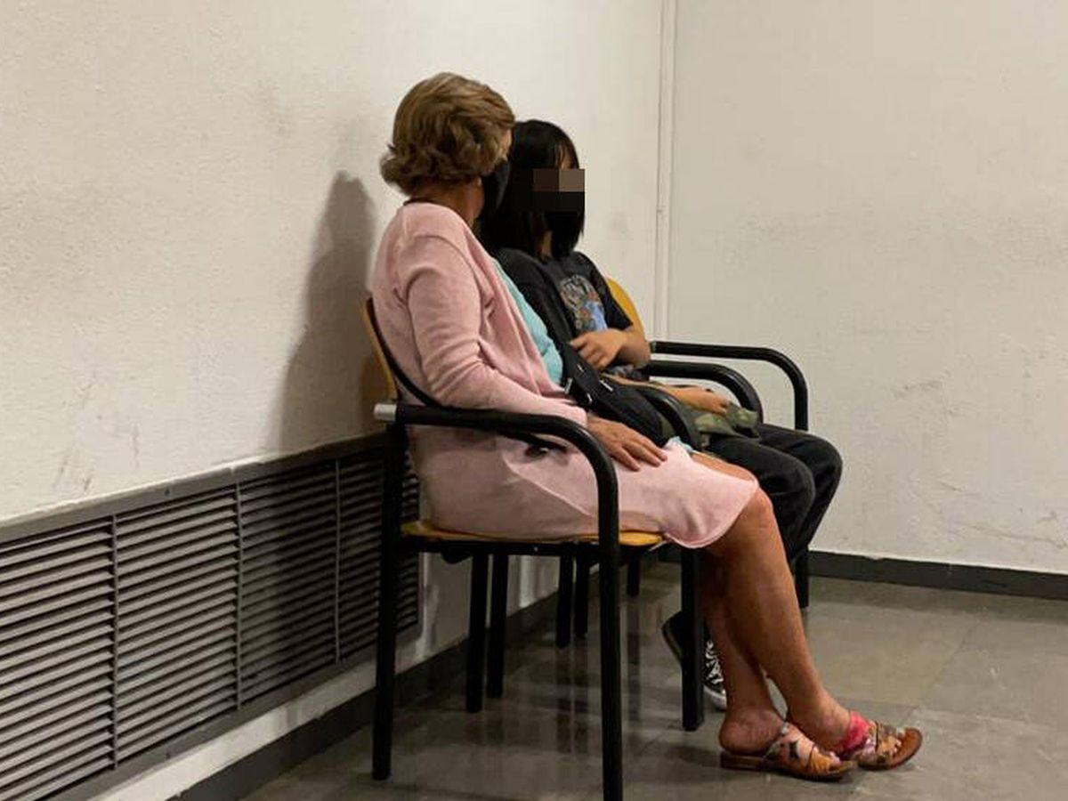 Foto: La niña junto a su madre en los Juzgados de Plaza de Castilla de Madrid.