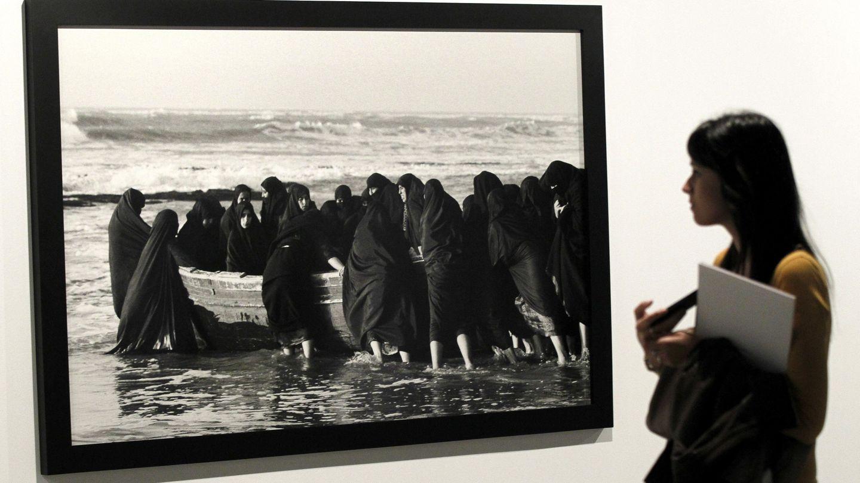 Una visitante observa una de las obras que se incluyen en una exposición de Shirin Neshat. (EFE)