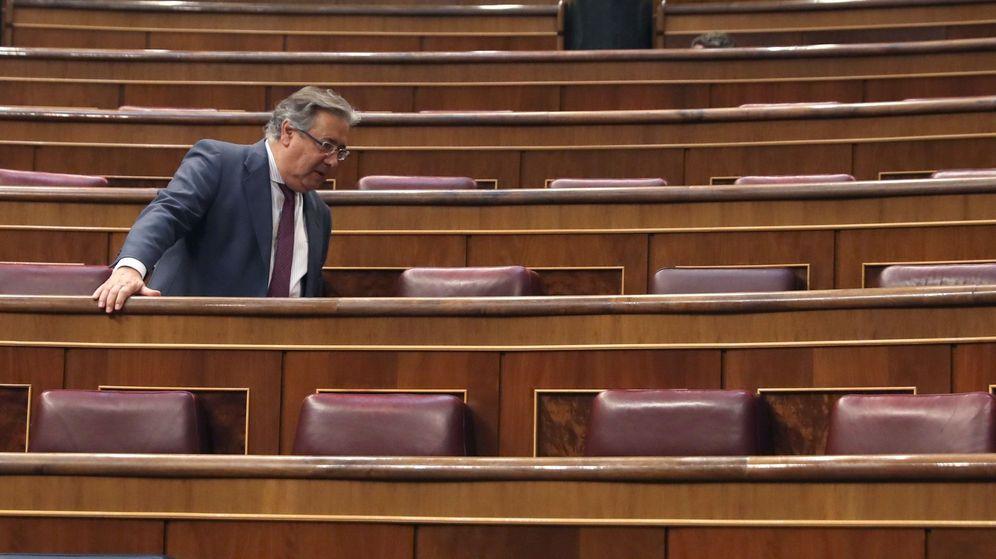 Foto: El exministro del Interior Juan Ignacio Zoido ocupa su nuevo escaño. (EFE)