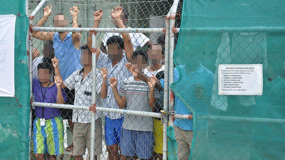 Foto: Solicitantes de asilo junto a la verja del centro de detención de Manus en Papúa-Nueva Guinea, en marzo de 2014 (Reuters)