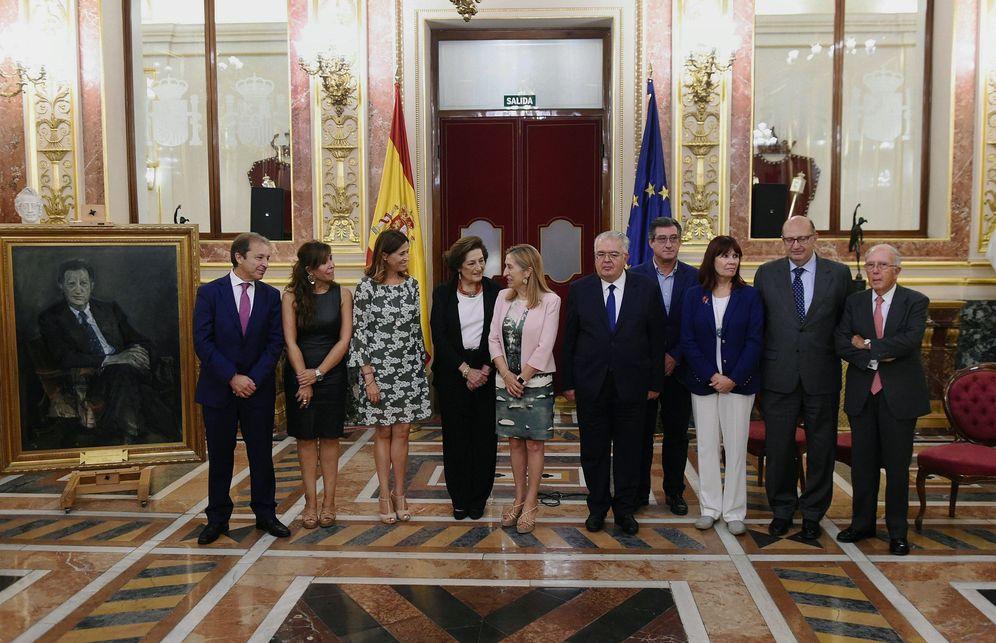 Foto: Ana Pastor, en el centro, en la foto de familia del homenaje a Fernando Álvarez de Miranda, este lunes. (EFE)