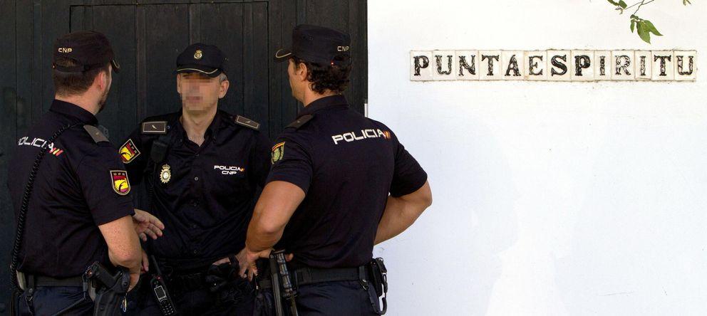 Foto: La policía judicial registra la casa de verano del exconsejero de Hacienda de la Junta de Andalucía. (EFE)