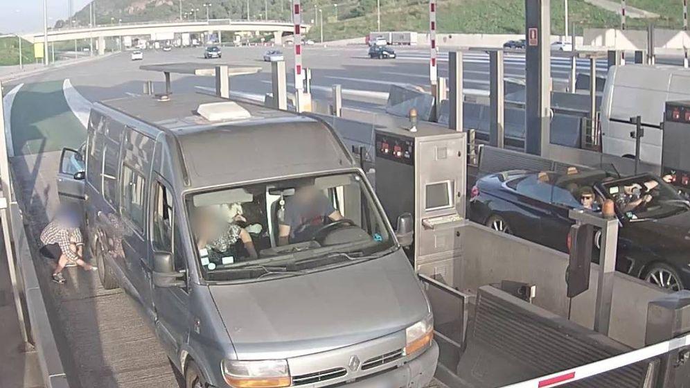 Foto: Captura de las cámaras de seguridad del procedimiento de robo de la banda en las zonas de peaje de la AP-7 de Cataluña (Mossos)