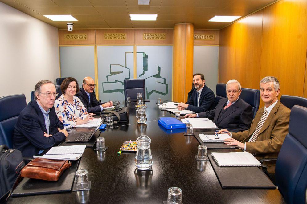 Foto: Última reunión de los juristas de la comisión de expertos, este lunes, en el Parlamento vasco en presencia del letrado de la Cámara Andoni Iturbe (derecha).